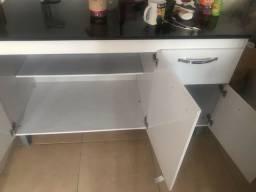 Armário de cozinha com três portas e uma gaveta