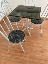 Vendo mesa com 4 cadeiras NOVA