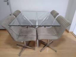 Mesa de jantar de vidro com 4 cadeiras giratórias