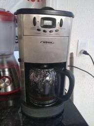 Cafeteira Elétrica com moedor de grãos, 12 xicaras e Timer de programação