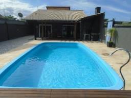 Linda residência com ampla piscina a 5 quadras da praia!