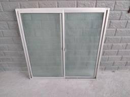 Janela de alumínio com vidros