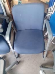 A cadeira de seu escritório está aqui.