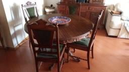 Jogo antigo de sala com mesa e quatro cadeiras e uma arca