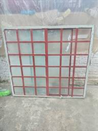 Vendo uma janela de vidro