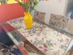 Mesa com tampo de vidro e quatro cadeira