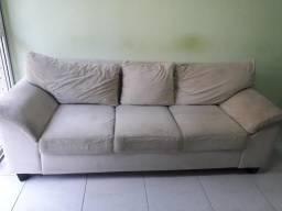 Belíssimo sofá com três almofadas removíveis