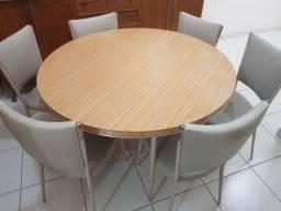 Mesa de madeira redonda com 6 cadeiras