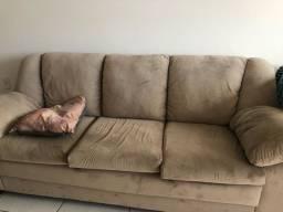 sofá, 3 lugares, todo revestido de camurça, na cor marrom e em ótimo estado