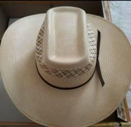 Botas e chapéu novos