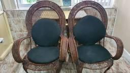 Cadeiras de vime com almofadas.