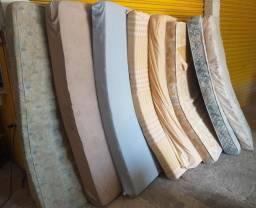 Colchões de solteiro de espuma, tamanho padrão, diversas unidades, a partir de R$70,00.