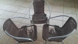 Cadeiras com estrura ótima, necessitando de reforma no assento.