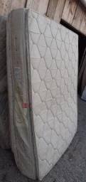 Colchão queen size, de molas enscadas, bem confortável, em boas condições.