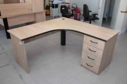Mesa de Escritório em MDF Marrom c/ gaveteiro (falta uma perna)
