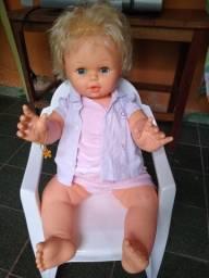 Vendo essa boneca linda, com a roupinha e a cadeirinha dela