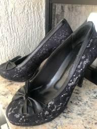 Sapato preto com renda e laço