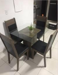 Mesa com Quatro Cadeiras (Tampo de Vidro)