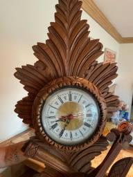 Relógio violino em madeira entalhada com caixa em ótimo estado de conservação.