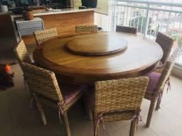 Mesa redonda com centro giratório em madeira maciça e cadeiras