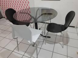 Mesa de vidro temperado com 04 cadeiras