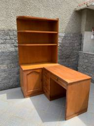 Escrivaninha/estante em madeira maciça super conservada