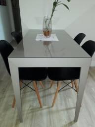 Vende-se Mesa sob medida com 4 cadeiras.