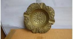 Cinzeiro de bronze.
