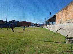 Vendo  estrutura   campo de futebol