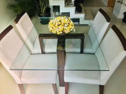 Mesa com quatro cadeiras, tampa de vidro.