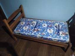 Vendo duas camas para criança, de madeira, semi nova.com colchão
