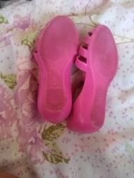 Sandálias infantil usanda poucas vezes