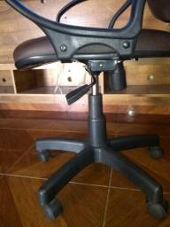 Cadeira Presidente Giratória Braços couro sintético marrom .