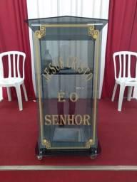 Púlpito de vidro e tablado altar