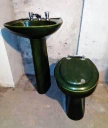 Pia e vaso sanitário verde musgo