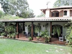 Casa de alto padrão para locação - 4 doms, 3 vagas e piscina - Prox. Granja Vianna