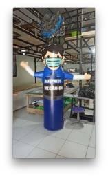 Boneco inflável sinalizador