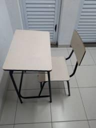 Escrivaninha/Mesa de estudo.