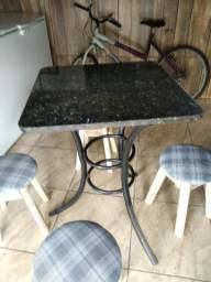 Mesa pequena com tampo de granito