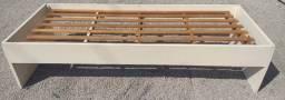 Cama de solteiro de madeira maciça repintada, toda branca, em bom estado.