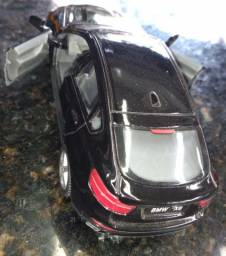 Carrinho de Metal de um BMW X6