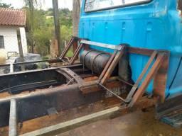Caminhão Ford F600 para remoção de madeira