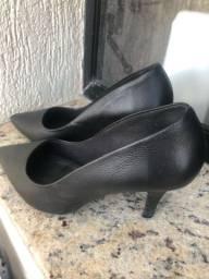 Sapato preto de ponta fina