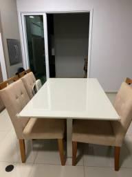 Conjunto de mesa e cadeiras