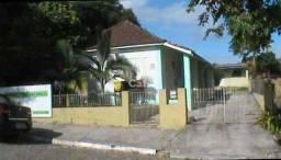 Casa de 2 dormitórios, garagem, churrasqueira, pátio com pomar no centro de São Pedro do S