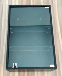 Mostruário vitrine em MDF com portas e prateleiras de vidro