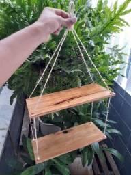 Prateleita suspensa em madeira