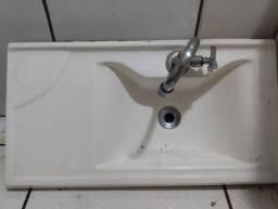 Pia de banheiro.