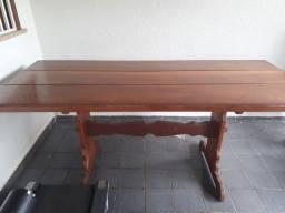 Vende se uma mesa de madeira.