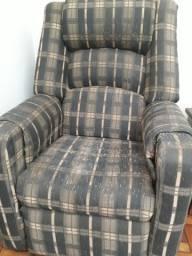 Poltrona grande reclinável usada e em bom estado. Franca/SP